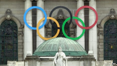 The Olympic rings beside a statue of Queen Victoria at Belfast City Hall