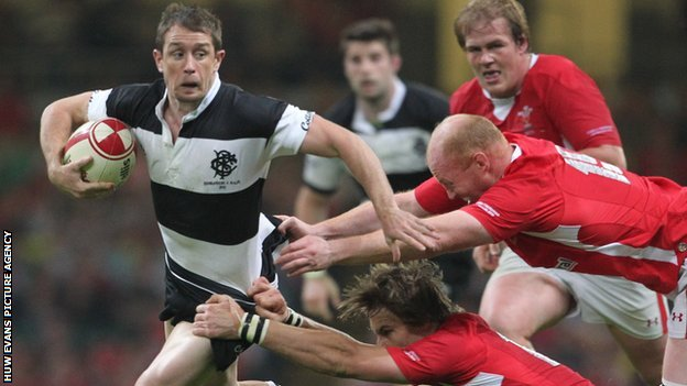 Martyn Williams helps halt Shane Williams