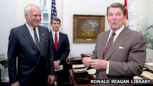 Adolfo Calero, left, with US President Ronald Reagan and Oliver North in 1985. Image: Ronald Reagan Library
