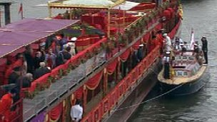Queen boards the Royal Barge