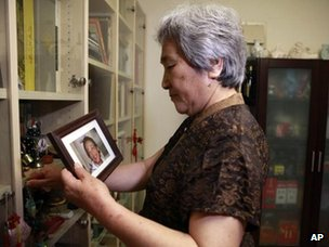 Zhang Xianling holds a photo of her late son, Wang Nan, 28 May 2012