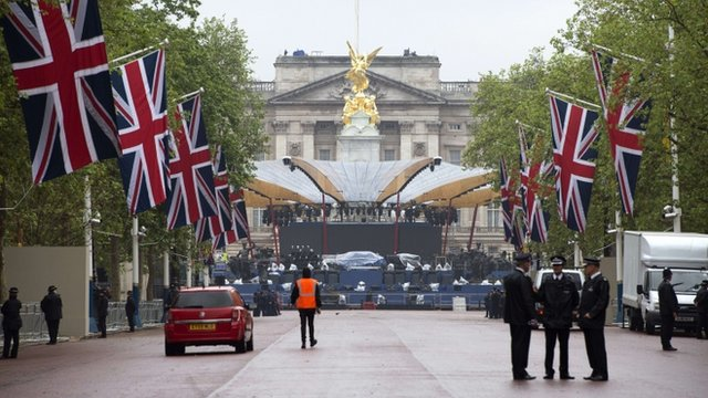 Preparations for Diamond Jubilee concert outside Buckingham Palace