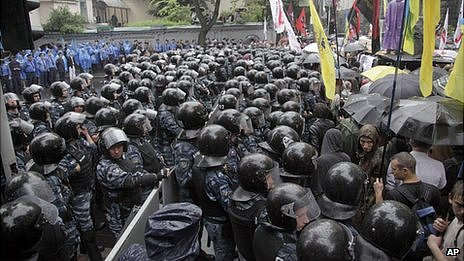 Ukrainian police separate opponents (right) and supporters of the language bill outside parliament in Kiev, 5 June