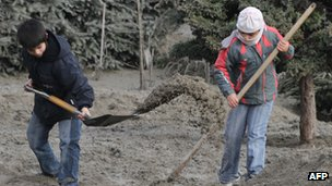 Children shovel ash in Villa La Angostura on 19 June 2011