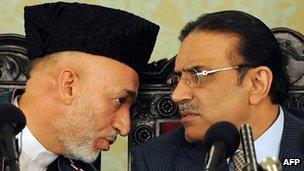 Afghan President Karzai (L) and Pakistani President Zardari