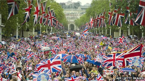 Crowds waving union jacks as they head down the Mall towards Buckingham Palace to celebrate the Queen's Diamond Jubilee in London on 5 June 2012. Photo: John MacDougall/AFP/Getty Images