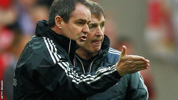 Steve Clarke (l) and former Liverpool manager Kenny Dalglish (r)
