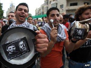 Palestinians in Ramallah demand the release of Mahmoud al-Sarsak and Akram Rikhawi (29 May 2012)