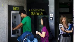 People queuing at  Bankia ATM