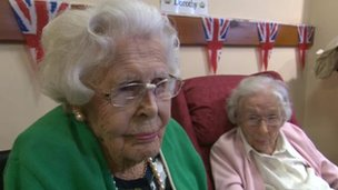 Marjorie Ruddle (l) and Dorothy Richards