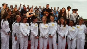 Choir singing with torchbearers