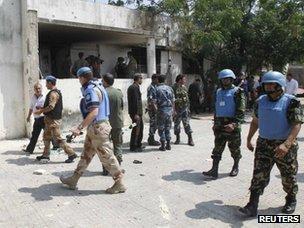 UN observers walk through the town of Haffa (14 June 2012)