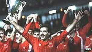Willie Miller lifts the European Cup-winners' Cup