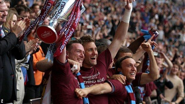 Robert Green celebrates promotion