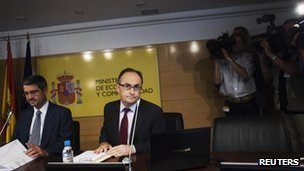 Spain's Secretary of State for the Economy and Support for Enterprises Fernando Jimenez Latorre (L) and Deputy Governor of the Bank of Spain Fernando Restoy Lozano