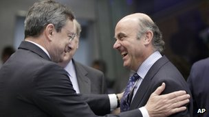 Spain&#039;s Economy Minister Luis De Guindos (right) talking to European Central Bank President Mario Draghi
