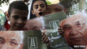 Supporters of former prime minister and presidential candidate Ahmed Shafik celebrate in front of his campaign headquarters in Cairo June 19, 2012