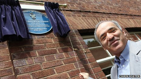 Garry Kasparov unveils the plaque