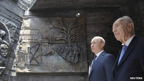 Vladimir Putin (L) and Shimon Peres at the Netanya memorial , 25 June