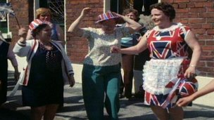 Loyalists celebrating Queen's visit