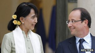 Myanmar pro-democracy leader Aung San Suu Kyi (l) leaves after a dinner with French President Francois Hollande