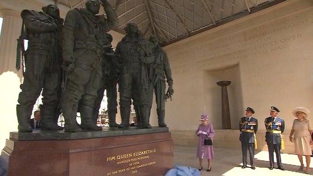 Queen unveils RAF Bomber Command memorial