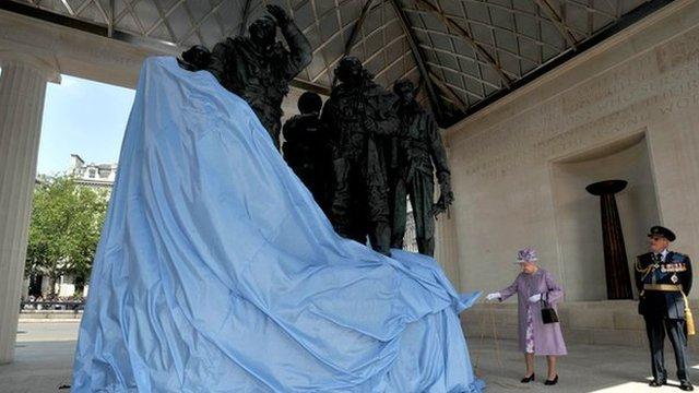 Queen unveils memorial