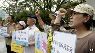 South Korean protesters rallying against the government's decision to sign a military agreement with Japan