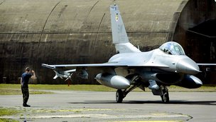Turkey scrambles jets to Syria border