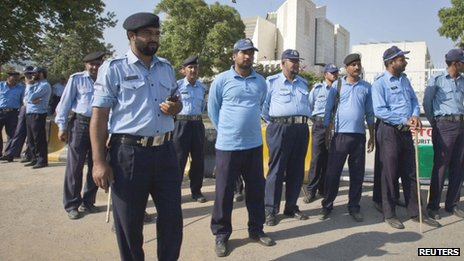 Policemen outside Pakistan&#039;s Supreme Court