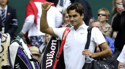 Roger Federer waving to Wimbledon crowd