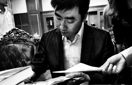 Rui Chenggang signs copies of his book