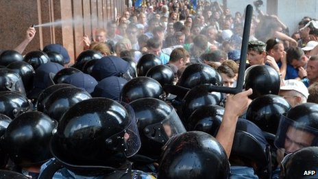Ukrainian opposition activists clash with riot police on July 4, 2012 during a protest in Kiev against a new language law
