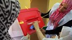 A woman casts her vote in Misrata in western Libya (7 Jul 2012)