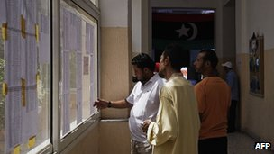 Libyan voters search for their names on voter lists (7 Jul 2012)
