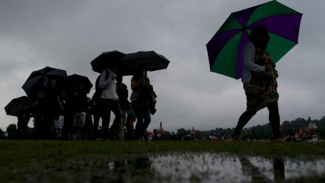 Fans queue in rain at Wimbledon