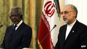 Kofi Annan and Iranian FM Ali Akbar Salehi at a joint press conference in Tehran