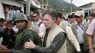 Juan Manuel Santos ()centre) in Toribio on 11 July 2012