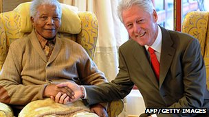 Former US President Bill Clinton (R) pays a visit to former South African President Nelson Mandela on July 17, 2012