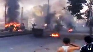 Amateur video purports to show burning tyres in a Damascus street