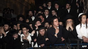 Mourners at the funeral for Rabbi Yosef Shalom Elyashiv