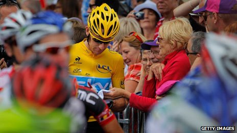 Bradley Wiggins signs signatures