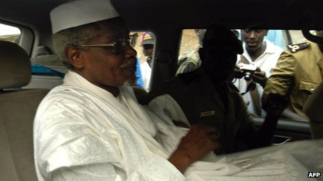 Chad's ex-dictator Hissene Habre leaves Dakar's courthouse escorted by prison guards, 25 November 2005