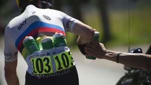 Mark Cavendish fetches bottles