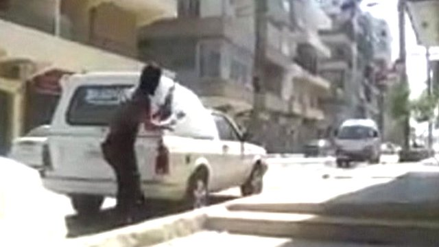 Man with gun in Aleppo