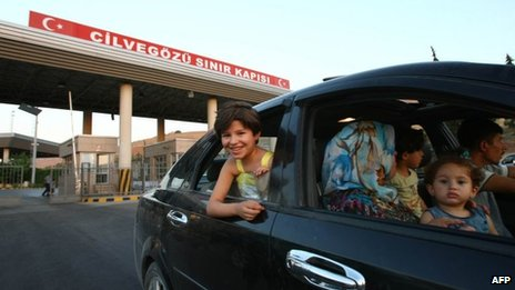 Syrian civilians enter Turkey through the Cilvegozu border crossing (20 July 2012)