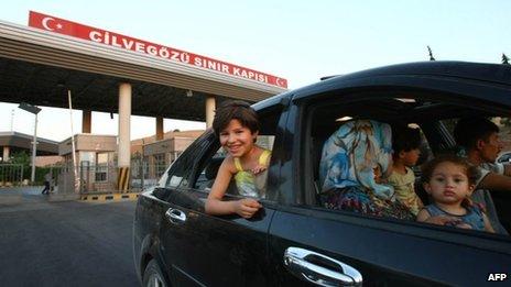 Syrian civilians enter Turkey through the Cilvegozu border crossing (20 July 2012)