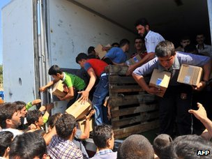 Aid is handed out to Syrian refugees near the Cilvegozu border crossing (20 July 2012)
