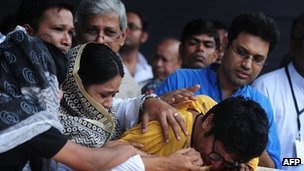 Humayun Ahmed's son, Nuhash Ahmed (centre) grieves at his father's coffin on Monday