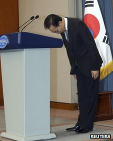 South Korean President Lee Myung-bak bows to make an apology to the nation at the presidential Blue House in Seoul 24 July, 2012